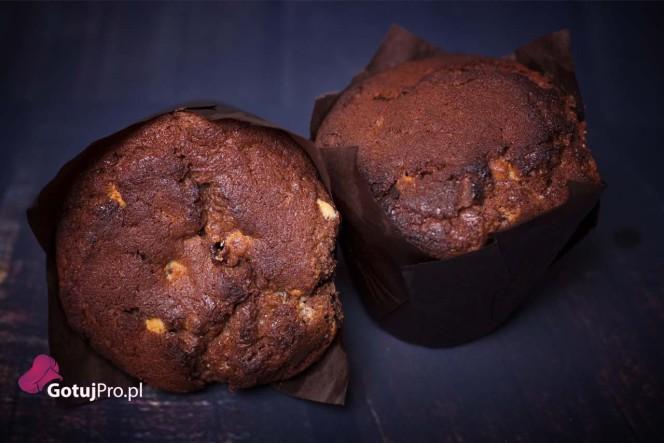 Czekoladowe muffiny zaczynają podbijać w Polsce, serca wszystkich łasuchów. Przepis ten jest skierowany do fanówczekolady i nie tylko. Często widujęosoby, które zamawiają je na drugie śniadanie, do kawy lub jako małą przekąskę. Osobiście wolę zjeść normalne śniadanie, a czekoladowe muffiny zostawić sobie, jako małe co-nie-co po obiedzie w ramach deseru.