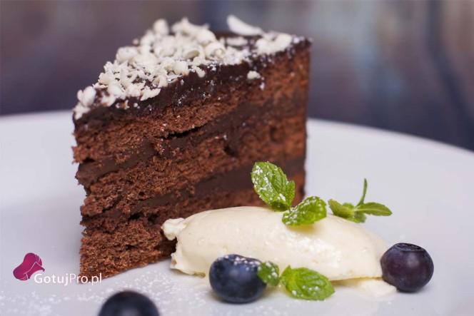 Tort czekoladowy. Popularność tego deseru cały czas mnie zadziwia. Prawdą jest, że prostota jest kluczem do sukcesu. Czekoladoholicy czekam na waszą opinię.