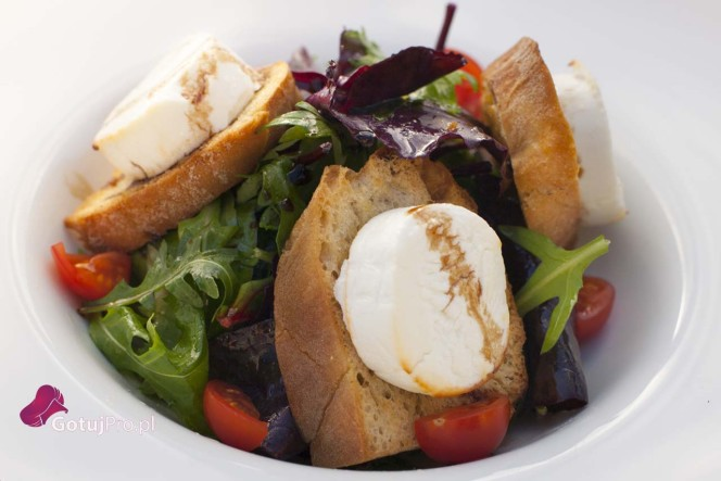 Letnia sałatka z kozim serem i mini bruschetta
