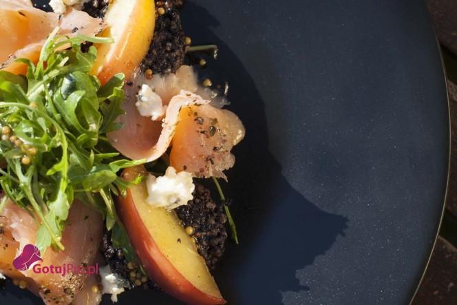 Sałatka z wędzonym łososiem i kaszanką
