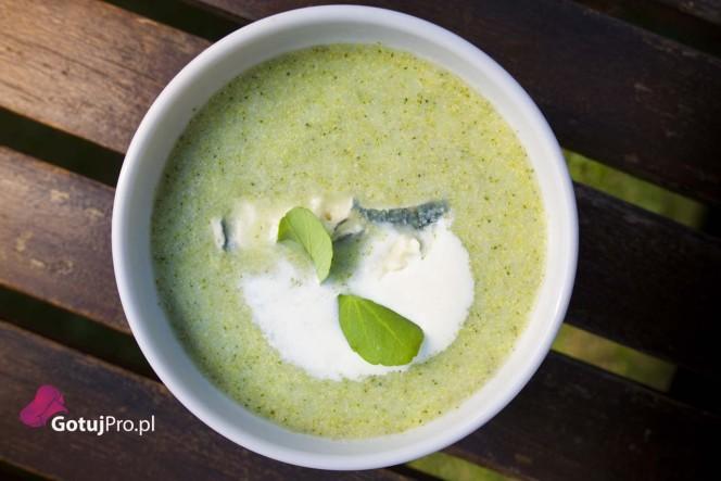 Zupa brokułowa z serem pleśniowym dla smakoszy. Odważnie łączy wyrazistość sera pleśniowego z delikatnym smakiem brokułów. Zupa ta zaspokoi nawet najbardziej wyszukane podniebienia. Szczególną uwagę zwróć na to, żeby nie rozgotować brokułów. Zupa nabierze właściwego efektu końcowego, gdy będzie bardzo dobrze zmiksowana.