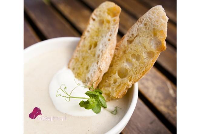 Zupa z pietruszki i kminku, obiście uwielbiam przygotowywać tę zupę w okresie zimowym. Ma ona bardzo intensywny smak, a w połączeniu z kminkiem jest również bardzo rozgrzewająca. Zupa jest banalnie prosta i szybka w wykonaniu.