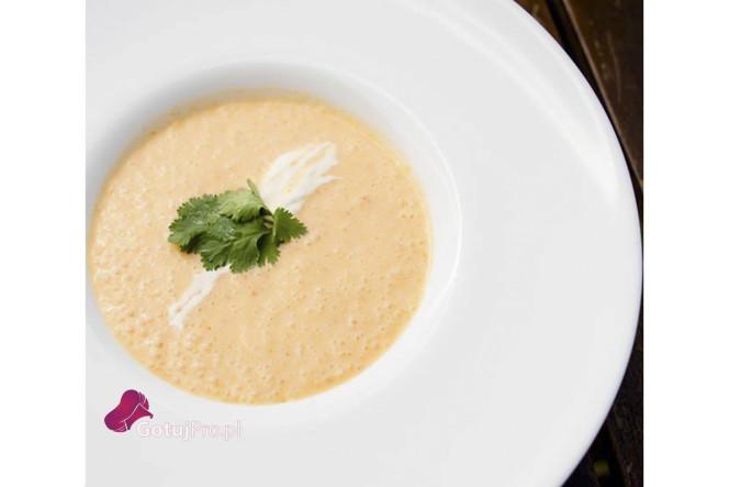 Zupa ziemniaczana z kiełbasą chorizo jest to doskonale rozgrzewająca zupa. Zupa jest lekko pikantna oraz ma ciekawą teksturę. Przygotowując tą zupę, zwróć szczególna uwagę na kiełbasę chorizo, ponieważ jest wiele jejrodzajów. Niektóre z nich mogą być wyjątkowo ostre. Wysoka jakość kiełbasy chorizo pozwoli Ci uzyskać oczekiwane rezultaty. Staraj się wybierać kiełbasy lekko lub średnio pikantne w zależności od własnego upodobania.