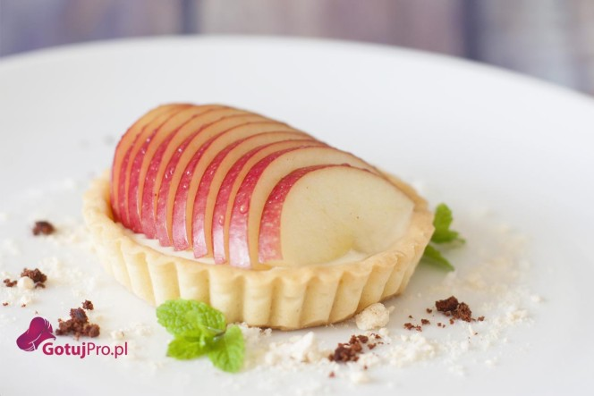 Francuska tarta jabłkowa jest doskonałą alternatywą dla nudnych szarlotek. Z zewnątrz chrupiąca a w środku wilgotna, tak jak lubisz. Kliknij sobie!