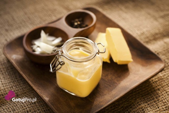 Francuski sos maślany beurre blanc jest to delikatna kompozycja szalotek, masło, wytrawnego białego wina oraz odpowiedniej ilości soku z cytryny. Zapewniam Cię, że mój przepis jest śmiesznie łatwy w wykonaniu. Sos beurre blanc stosuje się do ryb i owoców morza oraz dań wegetariańskich jak i warzyw. Różne warianty tego sosu można również używać do drobiu.