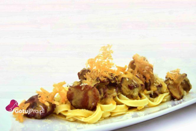 Makaron z kurkami i boczkiem w sosie kremowym