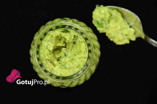 Pesto z cukinii jest bardzo delikatnym i lekkim dodatkiem. Świetnie nadaje się do dań z makaronem. Łatwy i szybki do przygotowania. Przekonaj się!