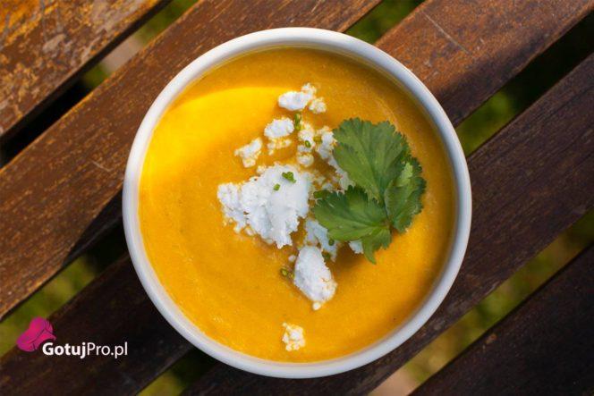 Zupa marchewkowo dyniowa z kozim serem. Jesienna zupa z dwóch doskonale komponujących się warzyw. W połączeniu z kozim serem otrzymasz doskonały, jesienny bukiet smakowy.