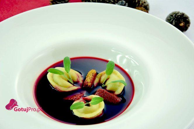 Barszcz czerwony z tortellini i piernikiem