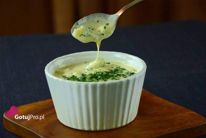 Raita przywędrowała do nas z kuchni indyjskiej. Jest to sos a raczej dip, który doskonale nadaje się na upalne dni. Zobacz jak łatwo możesz go przygotować!