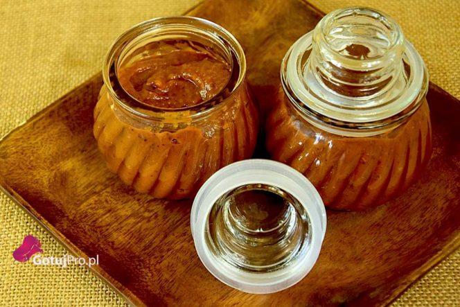 Domowy ketchup z pomidorów z puszki. Oczywiście pomidorów z puszki wysokiej jakości. Domowy ketchup będzie się różnił od ketchupu do którego jesteś przyzwyczajony. W tym przepisie na domowy ketchup użyłem pomidorów z puszki co nie znaczy, że będzie on gorszy. W tym przepisie znajdziesz dużo dodatków, przez które nawet najlepsze pomidory nie dały by rady się przebić ze swoim smakiem. Natomiast podczas przygotowywania klasycznego domowego ketchupu świeże pomidory o wysokiej jakości będą kluczowym składnikiem.
