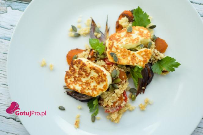 Sałatka z halloumi, komosą ryżową, marchewką i pastą harissa jest doskonałą jesienną sałatką. Przekonaj się sam jak doskonale współgrają ze sobą wszystkie składniki zawarte w daniu. Jakby tego było mało jest banalnie prosta w do przygotowania. Przekonaj się!