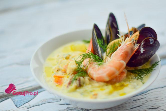 Seafood chowder - Irlandzka zupa rybna, jest jednym ze stałych bywalców w menu. Nie ma w Irlandii restauracji, baru w którym nie ma seafood chowder. Szczerze mówiąc wcale mnie to nie dziwi, bo zupa po prostu jest genialna. Chowder można podawać jako przystawkę oraz danie główne. W moim przepisie używam łososia, dorsza, krewetki oraz mule ale jeśli nie jesteś w stanie dostać wszystkich składników to śmiało możesz je zamienić na bardziej dostępne Ci owoce morza. Ważne, żeby zachować wskazane proporcje podane w przepisie i na końcu dodać koperek.