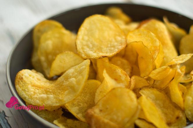 """Chrupiące chipsy domowe, kto ich nie lubi? Muszę Ci się przyznać, że mam słabość do chipsów zwłaszcza do chipsów z papryką, serem i cebulką, chili, bekonem, piri piri, wasabi no i jasna sprawa tradycyjne solone ;) Co za tym idzie nie mam zamiaru spożywać składników """"E"""" w zbyt dużym nadmiarze. Dlatego zachęcam Cię do wykonania tych pyszności we własnej kuchni. Chipsy te możesz przygotować nawet dwa dni wcześniej pod warunkiem, że przechowasz je w suchym, szczelnie zamkniętym pojemniku. Oczywiście pod warunkiem, że dobrze je usmażysz."""