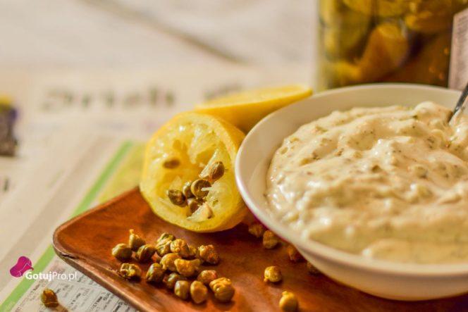 Sos tatarski jest wspaniałym dodatkiem, sosem używanym głównie do ryb. Zwłaszcza w okresie letnim. Sos tatarski jest sosem bazujący na majonezie, dzięki temu możesz go bardzo szybko i sprawnie przygotować. Przy czym nie musisz posiadać jakiś wyjątkowych umiejętności kulinarnych. Przekonaj się!