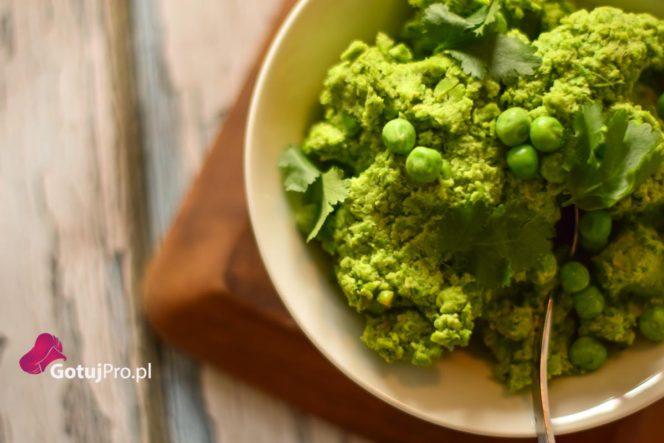 Puree z zielonego groszku to świetny dodatek do smażonych ryb a zwłaszcza do ryb panierowanych, smażonych w głębokim oleju. Prosty i smaczny dodatek.