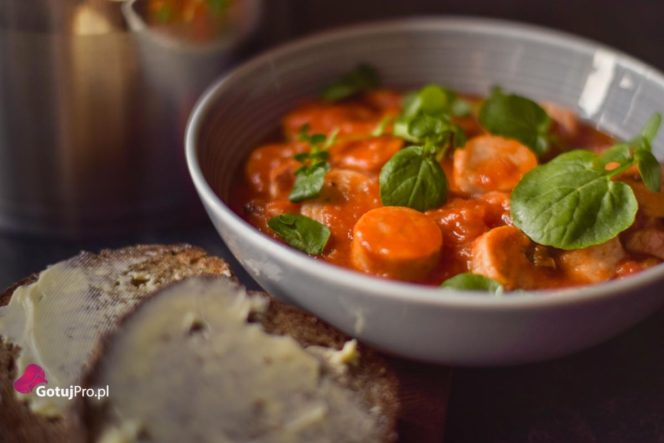 Casserole z kiełbasą w pikantnym sosie pomidorowym. Grube, mięsiste kiełbasy porowe w smacznym, pikantnym sosie pomidorowym. Pyszne jednogarnkowe danie!