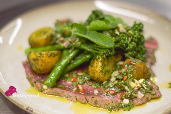 Grillowany stek z boku z warzywami z bazylii i sosem chimichurri to czyste lato na talerzu. Jest super smaczny i niewiarygodnie łatwy do wykonania.