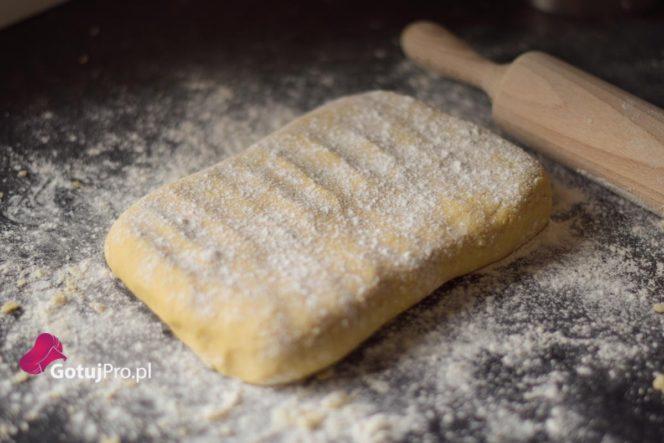 Kruche ciasto, można by powiedzieć, że jest super łatwe do przygotowania i może je zrobić każdy. Jest w tym dużo prawdy! Problem polega na tym, że jest sporo punktów krytycznych, które mogą mieć bezpośredni wpływ na jakość kruchego ciasta.