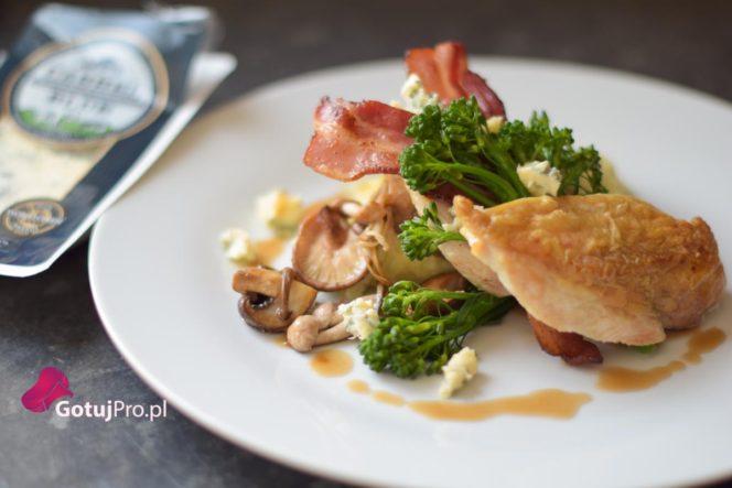 Smażony kurczak z puree ziemniaczanym z dodatkiem sera pleśniowego to idealne danie restauracyjne, przeniesione do Twojej domowej kuchni!