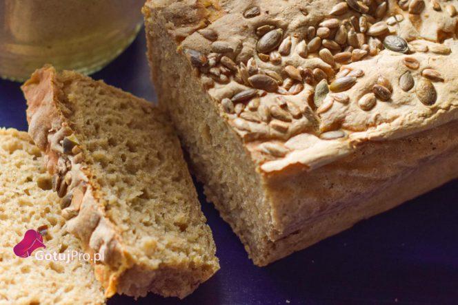 Chleb żytni na zakwasie, który idealnie nadaje się do codziennego wypieku.Od tysięcy lat człowiek wyrabia chleb, więc nie widzę przeszkód dlaczego Ty masz być wyjątkiem. Ten przepis został stworzony w taki sposób, aby każdy bez doświadczenia mógł upiec go sam w domu. Przepis na ten chleb żytni na zakwasie doskonale nadje się do wszelkiego rodzajów kanapek, zup lub gulaszu. Przez pierwsze dwa tygodnie jadłem ten chleb tylko z dobrej jakości masłem. Niebo w gębie!