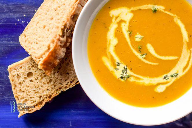 Wegańska zupa marchewkowa z kolendrą
