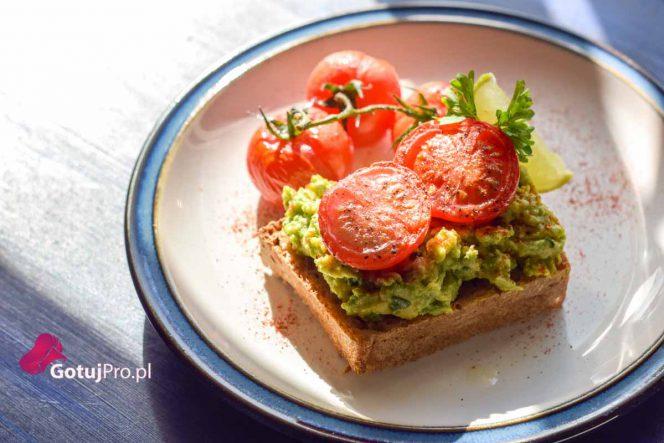 Tost z awokado z pieczonymi pomidorami